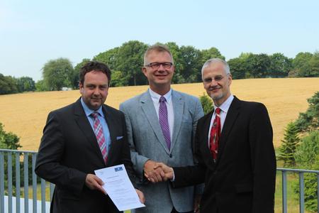 Übergabe der Kooperationsvereinbarung mit WeGa-Geschäftsführer Christopher Straeter,  Prof. Dr. Bernd Lehmann (Vizepräsident der Hochschule Osnabrück und Dekan Fakultät AuL) und WeGa-Vorsitzender Prof. Dr. Thomas Rath (Fakultät AuL, HS Osnabrück).