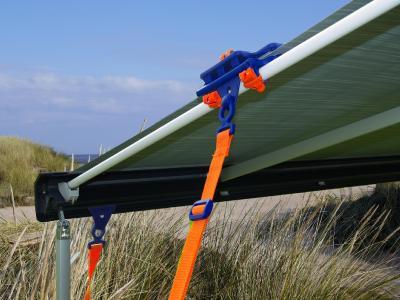 Zusätzliche Sicherheit durch Verbindung von Fix&Go AntiFlap mit TieStrap und Bodenverankerung (Bild: Peggy Peg)