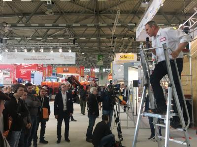 """Auf der kommenden DACH+HOLZ International 2020 Jahr heißt es bei Der Zimmermann und DDH Das Dachdeckerhandwerk: """"Augen und Ohren auf für Ihre Sicherheit!"""" / Foto: Rudolf Müller Mediengruppe"""