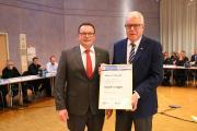 Kammerpräsident Klaus Hofmann (links) ehrt Rudolf H. Vogel (rechts) mit der Goldenen Ehrennadel der Handwerkskammer. Copyright: Handwerkskammer