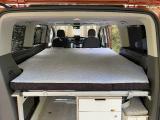 Komfortbett in den Maßen 160 x 200 cm. Die Matratze ist an der Oberfläche unsegmentiert. Der Lattenrost mit Tellerfedern erstreckt sich über die gesamte Fläche.