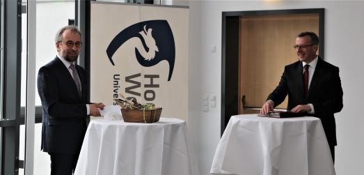 Patentanwalt Dr. Joachim Jakelski erhält von Präsident Jens Hermsdorf die Berufungsurkunde zum Honorarprofessor an die Hochschule Worms.  v. li.: Dr. Joachim Jakelski, Prof. Jens Hermsdorf