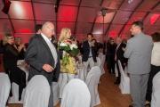 Bildbeschreibung: Günther Hertel überreicht Frau Barbara Lampe einen Blumenstrauß zum gemeinsamen Jubiläum