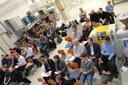 Hier entstehen Forschungsergebnisse, hier werden sie diskutiert: Im Kunststofflabor der Hochschule Osnabrück fand das diesjährige Elastomer-Forum statt. Zahlreiche Gäste aus der Industrie und Studierende nutzten die Gelegenheit, um in Kontakt zu kommen. Autor: Lidia Uffmann, Fakultät Ingenieurwissenschaften und Informatik
