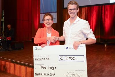 Bereichsleiterin Vertrieb der IKK-classic Heike Rösch gratulierte Jungmeister Peter Ferger zum besten Gesundheitshandwerker des Jahrgangs 2018 / Quelle: Rittelmann