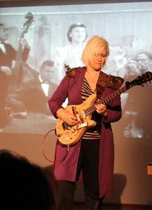 Die US-Gitarristin hat am IfM ihre neue Videoshow präsentiert