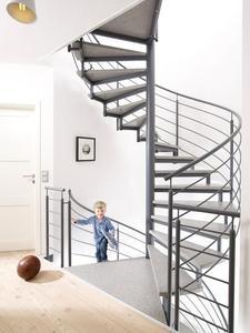 Angenehm griffig, rutschsicher und abriebfest - das sind die wesentlichen Vorzüge der neuen Multicolor-Stufen in Granitoptik. Foto: Fuchs-Treppen, Herbertingen