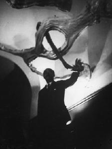 Werke von Lucio Fontana, der auf der mittleren Aufnahme in seiner Installation Ambiente spaziale a luce nera aus den Jahren 1948-1949 zu sehen ist