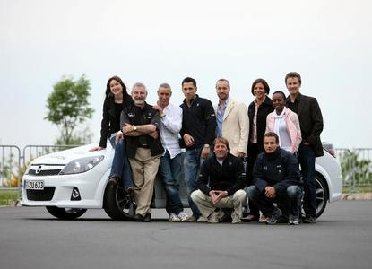 Hans Demant und Opel VIPs beim 24h- Rennen 2008 am Nürburgring (v.l.n.r.  Zora Holt, Hans Demant, Ralf Herforth, Felix Sturm, Thomas Darchiner, Linda Bresonik, Shary Reeves, Timothy Peach; unten: Jockel Winkelhock und Alex Hofmann)