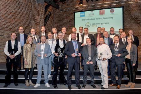 Für herausragende handwerkliche Leistungen ausgezeichnet: Die Gewinner des RM Sanierungspreises 2019 feierten in den Kölner BALLONI Hallen die Würdigung ihres Berufsstandes. Foto: Susanne Kurz.