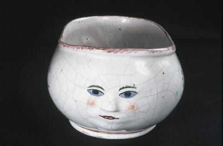 """Keineswegs um einen Blumentopf, sondern um einen Nachttopf für Damen handelt es sich bei diesem """"Bourdalou"""" genannten Fayencegefäß aus der Manufaktur Proskau.  Der Name geht zurück auf Louis Bourdaloue (1632-1704), der Hofprediger Ludwigs XIV. in Versailles war. Dort waren Toiletten Mangelware. Wurde den Damen der Gesellschaft der Druck zu groß, ließen sie sich ein """"Bourdalou"""" reichen, das sie an Ort und Stelle unter ihren Rock schieben konnten.  Fotonachweis: OSLM"""