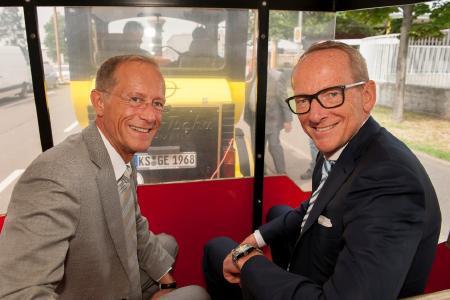Großes Landesfest: Axel Wintermeyer, Chef der hessischen Staatskanzlei und Opel-Chef Dr. Karl-Thomas Neumann (rechts) auf der Jungfernfahrt der Hessentagsbahn