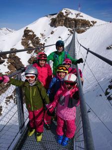 Auch abseits der Piste zeigt Geschäftsführer Bruno Peters den kleinen Gästen die Bergwelt