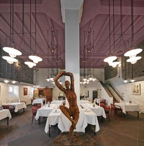Accessoires, wie die vom Architekten entworfenen Lampen oder Künstler-Skulpturen, runden das harmonische Ambiente ab, Foto: Caparol Farben Lacke Bautenschutz/Martin Duckek
