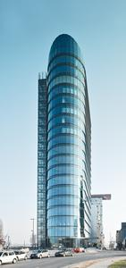 Überragende Größe, überragende Architektur: Das Düsseldorfer SIGN! ist nicht nur das derzeit höchste Gebäude im Medienhafen, sondern auch eine Hommage an die Postmoderne