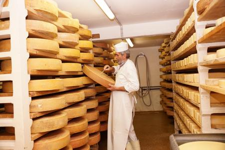 Johann Schönauer von der Schönangeralm pflegt seinen Käse mit großer Liebe