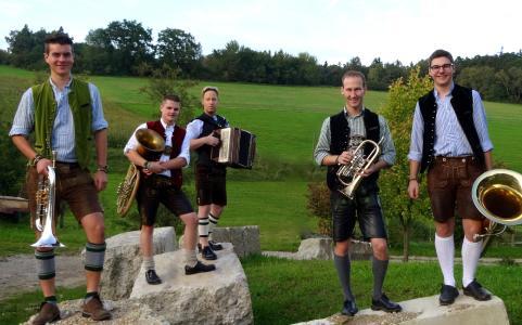 Die Berghammer Tanzlmusig sorgt für flotte Volksmusik