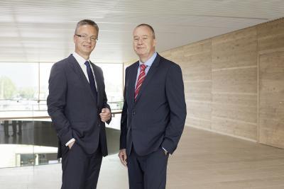 Stiebel Eltron erzielt 2017 einen neuen Rekordumsatz von erstmals über einer halben Milliarde Euro, wie die Geschäftsführer Dr. Nicholas Matten (rechts) und Dr. Kai Schiefelbein jetzt bekanntgaben