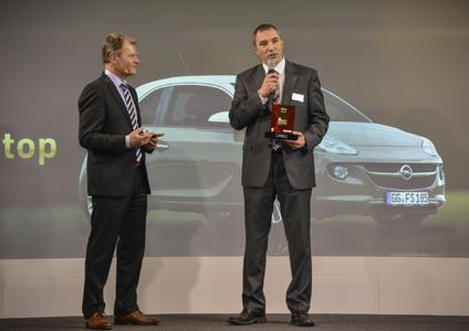 Preisverleihung in Berlin: Andreas Marx, Direktor Marketing Opel Deutschland (rechts), bekommt die Trophäe für den Wertmeister 2014 von Tomas Hirschberger, Stellvertretender Chefredakteur von Auto Bild.
