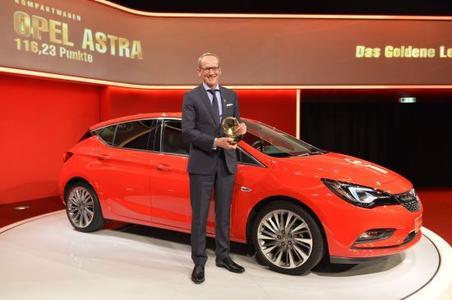 "Goldene Lenkrad 2015. Siegerlächeln: Opel-Chef Dr. Karl-Thomas Neumann mit dem ""Goldenen Lenkrad 2015"" für den neuen Astra."