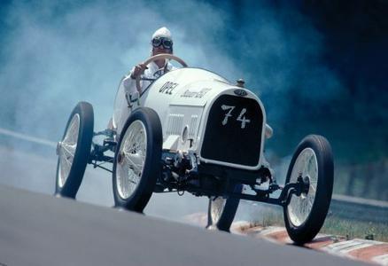 Rennwagen 1913: Diese erfolgreichen Grand-Prix-Autos können sich sehen lassen, sie sind bestückt mit vier Ventilen pro Zylinder, betätigt über Königswelle und eine obenliegender Nockenwelle.