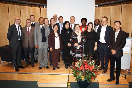 Das IDC-Team Afrika und Südostasien traf sich auf der Jubiläumskonferenz zum Austausch mit den Vertreterinnen und Vertretern des DAAD, der HRK und den Kolleginnen und Kollegen der Universität des Saarlandes und der Universität Alicante in Spanien, die seit einigen Jahren den IDC Lateinamerika anbieten / Foto: Hochschule Osnabrück