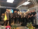Schöne Geste: Die Belegschaft betonte den Teamgeist bei Moser Caravaning und überreichte beiden Moser-Generationen Geschenke