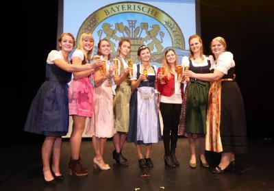 v.l.n.r.: Johanna Seiler, Sarah Müller, Sandra Pichlmair, Magdalena Simmel, Bayerische Bierkönigin 2017/2018 Lena Hochstraßer, Sabrina Mair, Barbara Berger, Jana Neubert