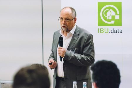 Dr. Burkhart Lehmann, Geschäftsführer des Institut Bauen und Umwelt e.V. präsentierte IBU.data auf der diesjährigen IBU-Mitgliederversammlung