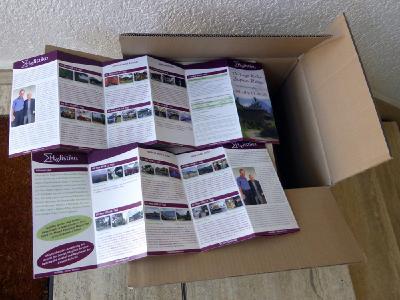 Aufgeklappte DIN-Lang 12-Seiter entsprechen zwei DIN-A4-Seiten im Querformat, sodass Ausdrucke von pdf-Dateien formatoptimiert sind.