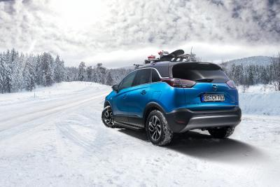 Alles an Bord: Die Skikleidung kommt beim Opel Crossland X in den Kofferraum, das Snowboard fährt gut gesichert auf dem Dachgepäckträger mit