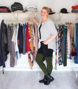 Caroline Sprott schreibt auf ihrem Blog www.lipoedemmode.de über ihr Leben mit Lipödem. Im Bild mit einer Kompressionsversorgung in Moosgrün (Bild: Caroline Sprott)