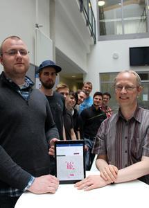 Teamsprecher Oliver Güra (links) und Projektleiter Prof. Dr. Clemens Westerkamp (rechts) zeigen mit dem Projektteam und Marco Bazalik von der ZSB (2.v.r.) die Studieninfo-App mit sämtlichen Hochschulgebäuden auf dem Campus Westerberg