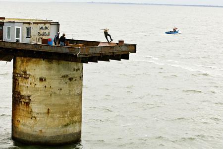 Der Österreicher Philip Schuster - ständig im Angesicht der Gefahr eines 16 Meter tiefen Sturzes in die Fluten der Nordsee