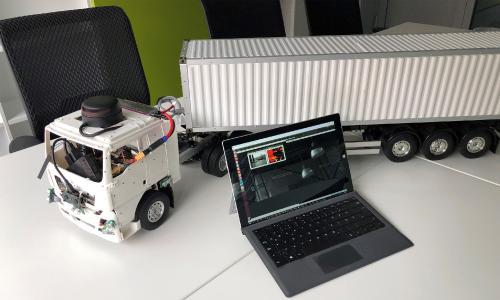 Der Modell-Truck kann relevante Fahrfunktionen softwaregesteuert über intelligente Algorithmen ausführen / © FG Business Intelligence