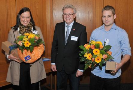 Die beiden Einser-Absolventen Iris Dieringer und Stephan Großmann (rechts) nahmen die Glückwünsche von Vizepräsident August Wannenmacher entgegen. Foto: Handwerkskammer