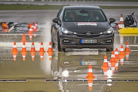 """Wer kommt durch? Die Teilnehmer bei """"Deutschlands beste Autofahrer"""" müssen bereits auf der IAA in Frankfurt ihr Können am Lenkrad in verschiedenen praktischen Übungen unter Beweis stellen. Als Hauptgewinn winkt ein neuer Opel Crossland X"""