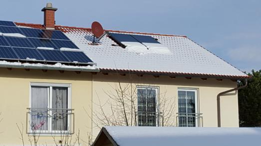 Deutlich erkennbar, dass der Schnee auf der linken Dachseite schon bei relativ geringer Dachneigung von den Solarmodulen abrutscht. Hier wäre ein Schneefang sinnvoll