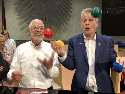 Gerald Hüther und Stephan Ehlers beim Jonglieren