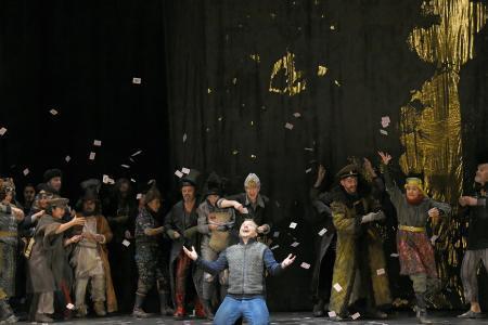 Sergey Polyakov als Hermann (vorne) und der Opernchor des Aalto-Theaters (Foto: Forster)