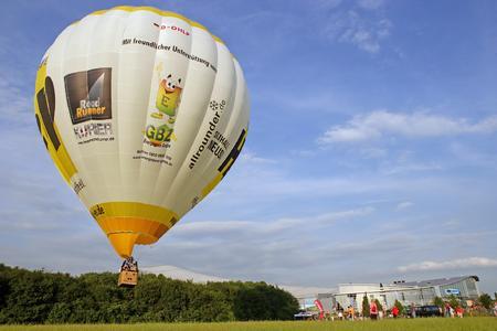 Start des HELP-Ballons vor der JEVER SKIHALLE Neuss