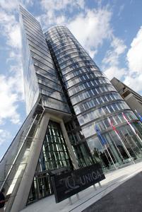 """Für den Uniqa-Tower in Wien wurde als einer der ersten Büro-Neubauten das EU-Zertifikat """"GreenBuilding"""" ausgestellt. Kampmann Systeme für Heizung, Kühlung, Lüftung tragen zur umweltfreundlichen und energieeffizienten Gebäudetechnik bei"""