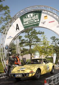 Rallyestart in Wolfsburg: Opel-Chef Dr. Karl-Thomas Neumann startet in seinem privaten GT 1900 bei der dritten Etappe der Hamburg-Berlin-Klassik 2015
