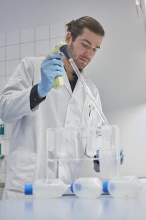Dr. Maksymilian Prondzynski bei Laborarbeiten. Foto: DZHK