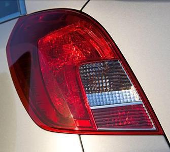 Auch die Rücklichter wurden bei der technischen und optischen Überarbeitung des Opel Antara neu gestaltet