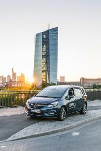#ConnectedRoadTrip: @anasbarros fotografiert den neuen Opel Zafira vor der Skyline von Frankfurt