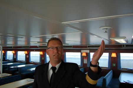 Kapitän Johann Schröder mit einem Sprinklerkopf