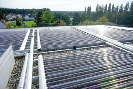 Solarkollektoranlage auf einem Flachdach