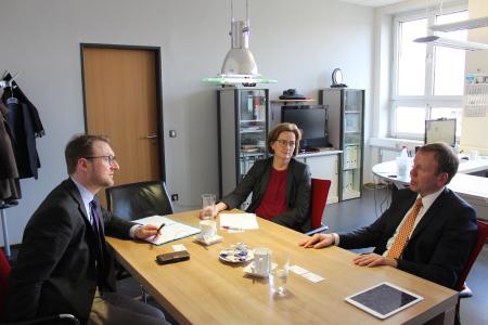 Erster Kreisbeigeordneter Dr. Jens Mischak und Andrea Ortstadt (Wirtschaftsförderung) im Gespräch mit dem neuen Geschäftsführer des BZL, Achim Wieber (von links). Foto: Sabine Galle-Schäfer/Vogelsbergkreis