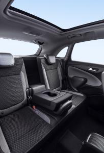 Reisekomfort in der zweiten Reihe: Der Mittelplatz im Opel Crossland X lässt sich auf Wunsch als Klapptisch mit integriertem Getränkehalter nutzen